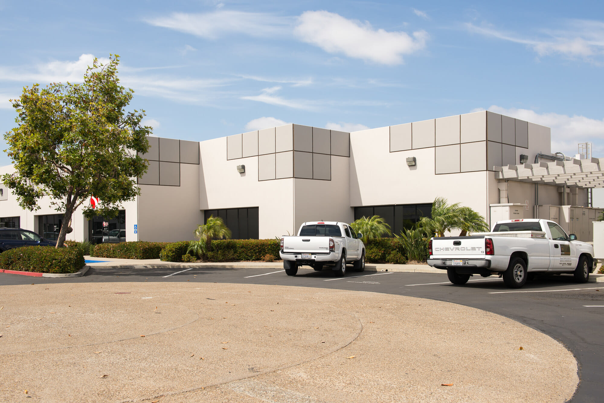 Centrally located in the area's most popular industrial market, the 107,000 SF Kearny Mesa Business Center has easy access to the 163, 52, I-15 and I-805 freeways.